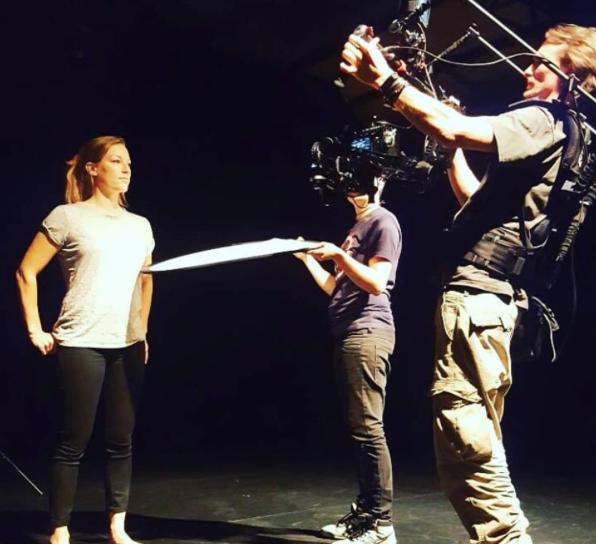 Schauspielerin und Coach Cosma Dujat bei Dreharbeiten